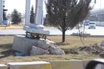 KÖPRÜLÜ - Afyonkarahisar'da Hayrete Düşüren Trafik Işığı Direği