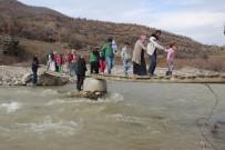 TAHTA KÖPRÜ - Bu Köprüden Okula Gidiyorlar