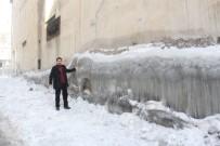 BUZ KÜTLESİ - Hakkari'de Binaların Duvarları Buz Tuttu