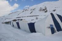 BUZ PATENİ - Hakkari'de Buz Pistinin Çatısı Çöktü