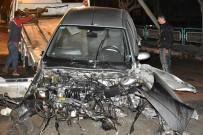 ELEKTRİK DİREĞİ - Otomobil Direğe Çarptı, İlçe Elektriksiz Kaldı