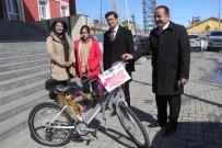 İLÇE MİLLİ EĞİTİM MÜDÜRÜ - Kaymakam Öztürk'ten Başarılı Öğrenciye Bisiklet