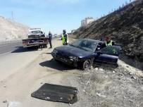 BAĞLUM - Yol Ortasında Arıza Yapan Otomobile Kamyon Çarptı Açıklaması 3 Yaralı