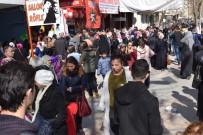 EZİLME TEHLİKESİ - Malatya'da 'Ne Alırsan 5 TL' İzdihamı
