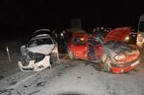 Niksar'da 2 Otomobil Çarpıştı Açıklaması 5 Yaralı