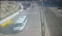 E-5 KARAYOLU - Seyir Halindeki Aracın Üzerine Otomobil Düştü