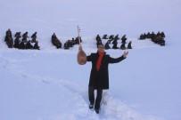 KAR YIĞINLARI - Hakkari'de İnsan Halkasıyla Karlı Dağlara 'Evet' Yazıldı