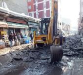 BUZ KÜTLESİ - Malazgirt Belediyesi Sokaklardaki Buzları Temizliyor