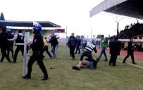 ÖZEL HAREKAT POLİSLERİ - Taraftar Sahaya İndi
