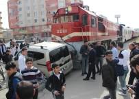 MUSA ANTER - Tren Hemzemin Geçitte Otomobile Çarptı Açıklaması 2 Yaralı