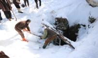 Dağdaki Doğal Deliğe Yaz İçin Tonlarca Kar Depolandı