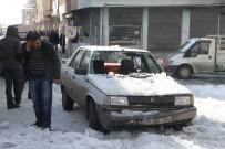 BUZ KÜTLESİ - Üzerine Çatıdan Kar Yığını Düşen Otomobil Kullanılamaz Hale Geldi