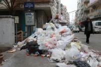 KALDIRIMLAR - İzmir Karabağlar'da Temizlik İşçilerinin Başlattığı Grev Sonrası Kentin Cadde Ve Sokakları Çöp Yığınlarıyla Doldu