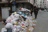 KALDIRIMLAR - Temizlik İşçileri Greve Gitti, Karabağlar Çöpten Geçilmiyor