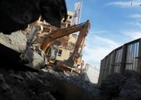 ARNAVUT - Gerilim duvarı yıkıldı