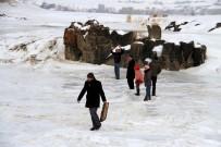 BENDİMAHİ ÇAYI - Buz Tutan Bendimahi Çayı'nda Kayak Yapıp Semaver Çayı İçtiler