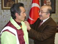 ALTUNTAŞ - Gümrükçüoğlu, Davranışıyla Takdir Toplayan İşçiyi Altınla Ödüllendirdi