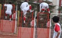 GÜVENLİK GÖREVLİSİ - Kırmızı Kart Gören Futbolcu Tellerin Üstünden Atladı