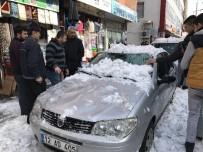 Bingöl'de 3 Aracın Üzerine Kar Düştü