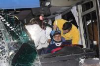 PAMUKKALE ÜNIVERSITESI - Denizli'de Zincirleme Trafik Kazası Açıklaması 17'Si Öğrenci 25 Yaralı