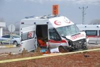 YAŞLI ADAM - Hasta Nakil Ambulansı İle Hafif Ticari Araç Çarpıştı Açıklaması 2 Ölü, 4 Yaralı