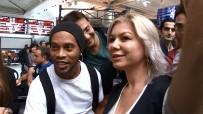 RONALDİNHO - Havalimanında Ronaldinho İzdihamı