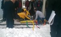 Hükümet Konağı Üzerindeki Kar Bir Vatandaşın Üzerine Düştü