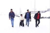 ENGELLİ KADIN - Tarzıyla Erkeğe Benzeyen İlk Kadın Muhtar Kar Kış Demeden Çalışıyor