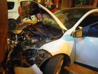 EHLİYETSİZ SÜRÜCÜ - Alkollü Ve Ehliyetsiz Sürücü Polis Arabasına Çarptı Açıklaması 3 Yaralı