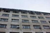 BUZ SARKITLARI - Çatılardan Sarkan Buzlar Tehlike Saçıyor