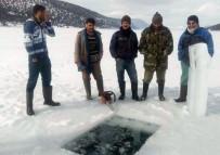 BALIK AVI - Balıkçılar Donan Goldeki Buzları Motorlu Testereyle Kesip Avlanıyor