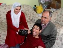 EZİLME TEHLİKESİ - Engelli Gencin Tek Hayali Cumhurbaşkanı Erdoğan'ı Görüp, Elini Öpmek
