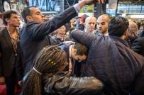 FRANSA CUMHURBAŞKANI - Fransa Cumhurbaşkanı adayı Macron'a yumurtalı saldırı