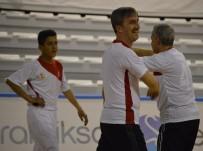 SALON FUTBOLU - Suça Sürüklenen Çocukların Futbol Keyfi