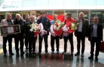 MİLLİ SPORCU - 94 Yıl Sonra Madalya Getiren Milli Eskrimci Hava Limanında Karşılandı