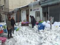 BUZ KÜTLESİ - Çatıdan Düşen Kar Kütlesi Maddi Zarara Yol Açtı