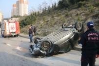 KOCAELI ÜNIVERSITESI - Kaldırma Çıkan Otomobil Takla Attı Açıklaması 2 Yaralı