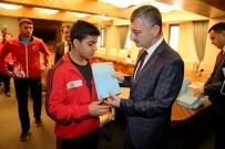 ERDOĞAN BEKTAŞ - Türkiye Şampiyonalarında Dereceye Giren Rizeli Sporcuları Makamında Kabul Etti.