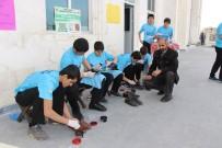 ABDURRAHMAN TOPRAK - Öğrenciler Cami Cemaatinin Ayakkabılarını Boyadı