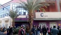 HARRAN ÜNIVERSITESI - Şanlıurfa'da Geç Kalan Öğrenciler Sınava Alınmayınca Okulun Pencere Ve Kapılarına Zarar Verdi