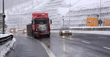 Gerede'de kar ulaşımı yavaşlattı