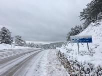 KAR TEMİZLEME - Demirci'de Yüksek Kesimlerde Kar Yağışı