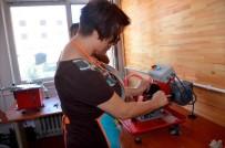 DÖNER SERMAYE - Kadınlar Süs Taşlarını İşleyerek Ekonomiye Kazandırıyor