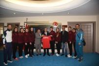 HENTBOL - Şakirpaşa Halk Eğitim Merkezi Bayan Hentbol Takımı'ndan Vali Demirtaş'a Forma