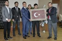 KAN BAĞıŞı - Öğrenciler, Bir Damla Kanla Oluşan Türk Bayrağı Portresini Rektör Akgül'e Hediye Etti