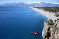 AKDENIZ ÜNIVERSITESI - Şehitler İçin Denizde Dev Türk Bayrağı Açtılar