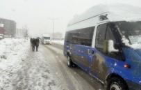 KAR KALINLIĞI - Yüksekova'da Kar Esareti Geri Döndü