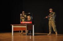 TİYATRO OYUNU - Diyarbakır'da 15 Temmuz Şehitleri Anısına Tiyatro Gösterimi Yapıldı