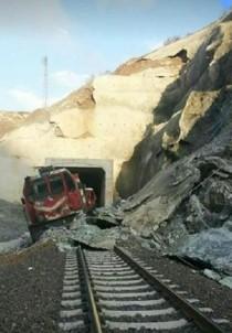 Elazığ'da Heyelan Nedeniyle Tren Raydan Çıktı