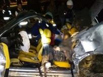 CENAZE ARACI - Kontrolden Çıkan Otomobil Direğe Çarptı Açıklaması 2 Ölü, 2 Yaralı